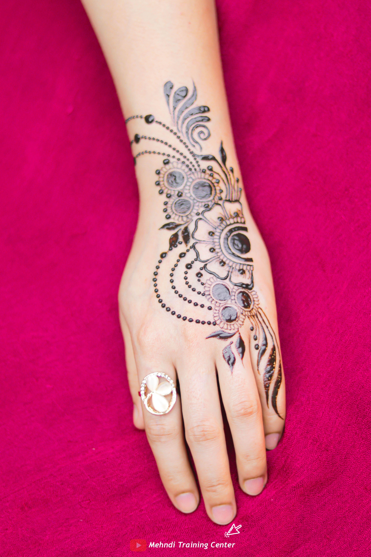 نقش الحناء تعليم نقش الحناء خطوه بخطوة للمبتدئين طريقه جديده وسهله في الحناء نقش الحناء 2020 Mehndi Designs Henna Hand Tattoo Tattoos