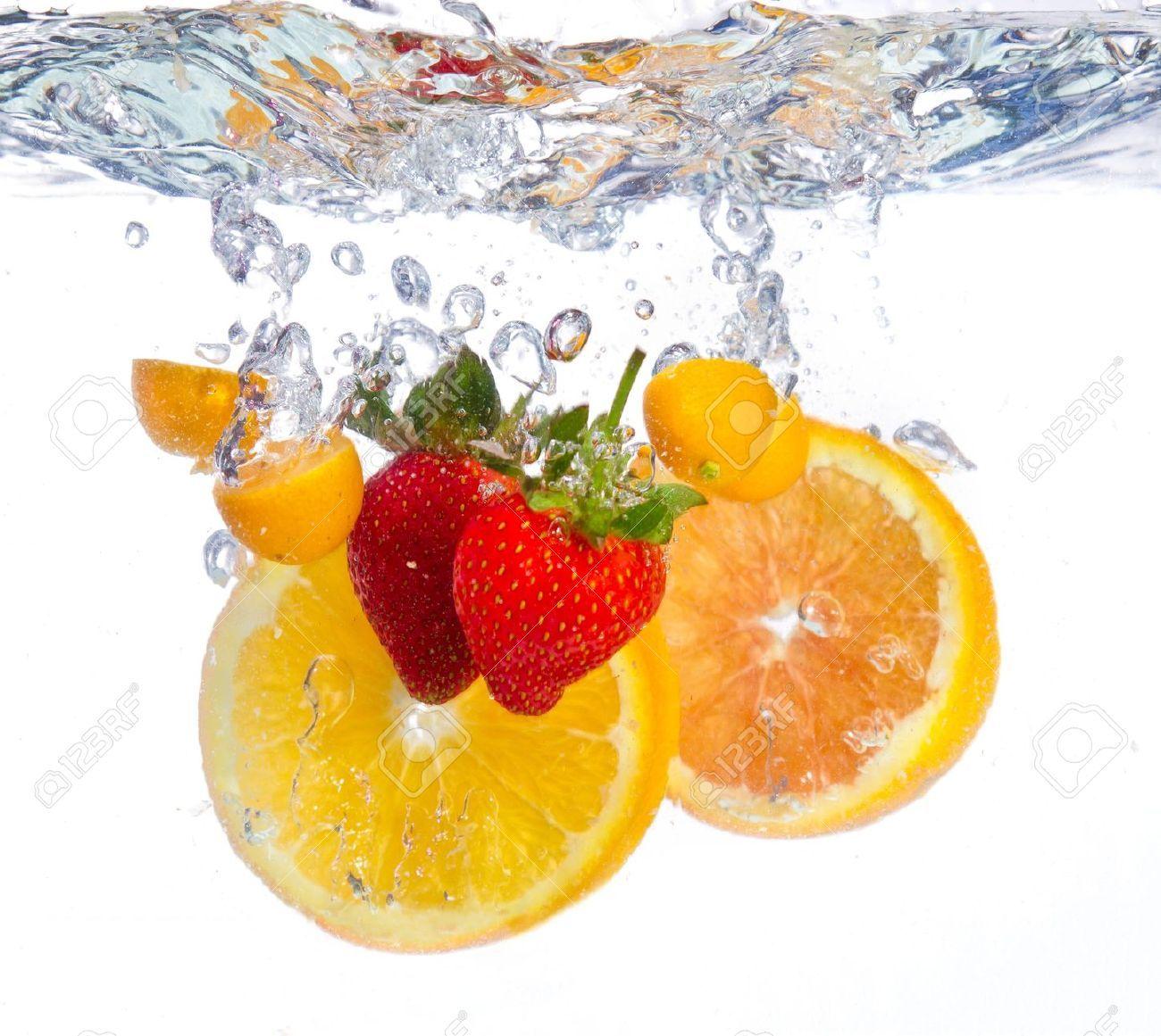 18965303-Frutta-che-cade-nell-acqua-libera-ondulazione-fresco ...