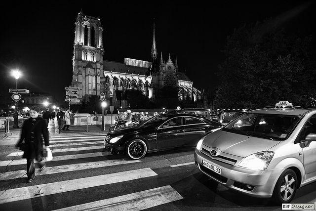 Paris, França.    Sobre a Catedral de Notre-Dame de Paris    A Catedral de Notre-Dame de Paris é uma das mais antigas catedrais francesas em estilo gótico. Iniciada sua construção no ano de 1163, é dedicada a Maria, Mãe de Jesus Cristo (daí o nome Notre- #Paris 1,747 Paris Hotels #Hotels http://search.searchcheaphotelsnow.com/City/Paris_1.htm
