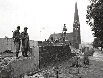 Errichtung Der Grenzmauer 75 In Der Bernauer Strasse Ca 1980 Berliner Mauer Fall Der Berliner Mauer Berlin Geschichte