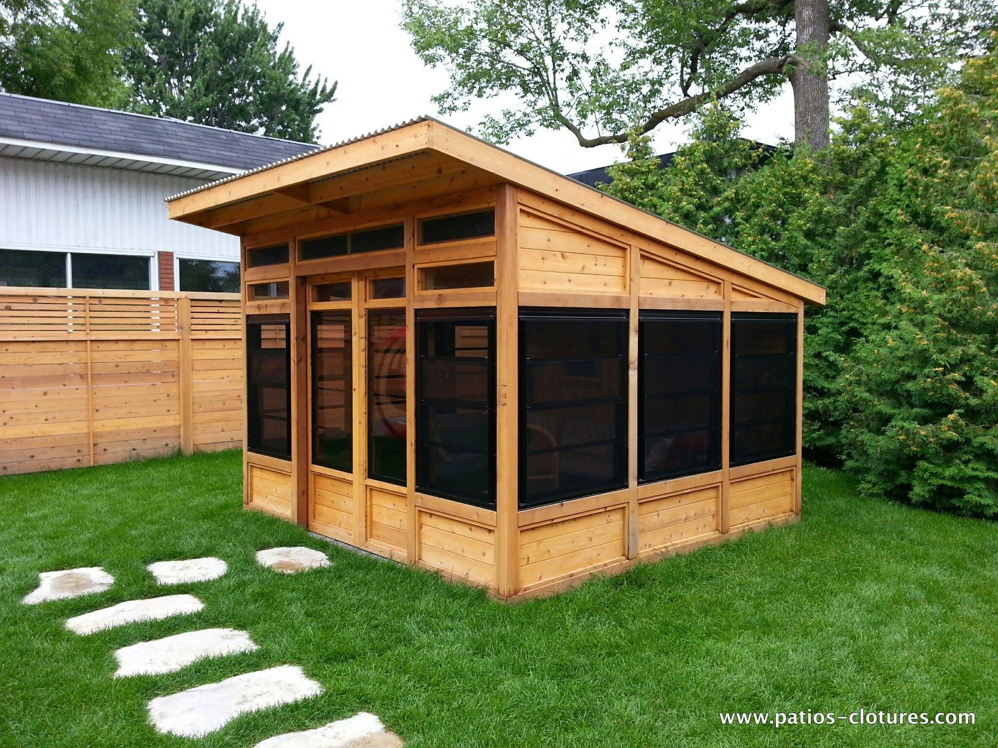 gaz bo ferm en bois de c dre avec une toiture en acier galvanis et des fen tres guillotine. Black Bedroom Furniture Sets. Home Design Ideas