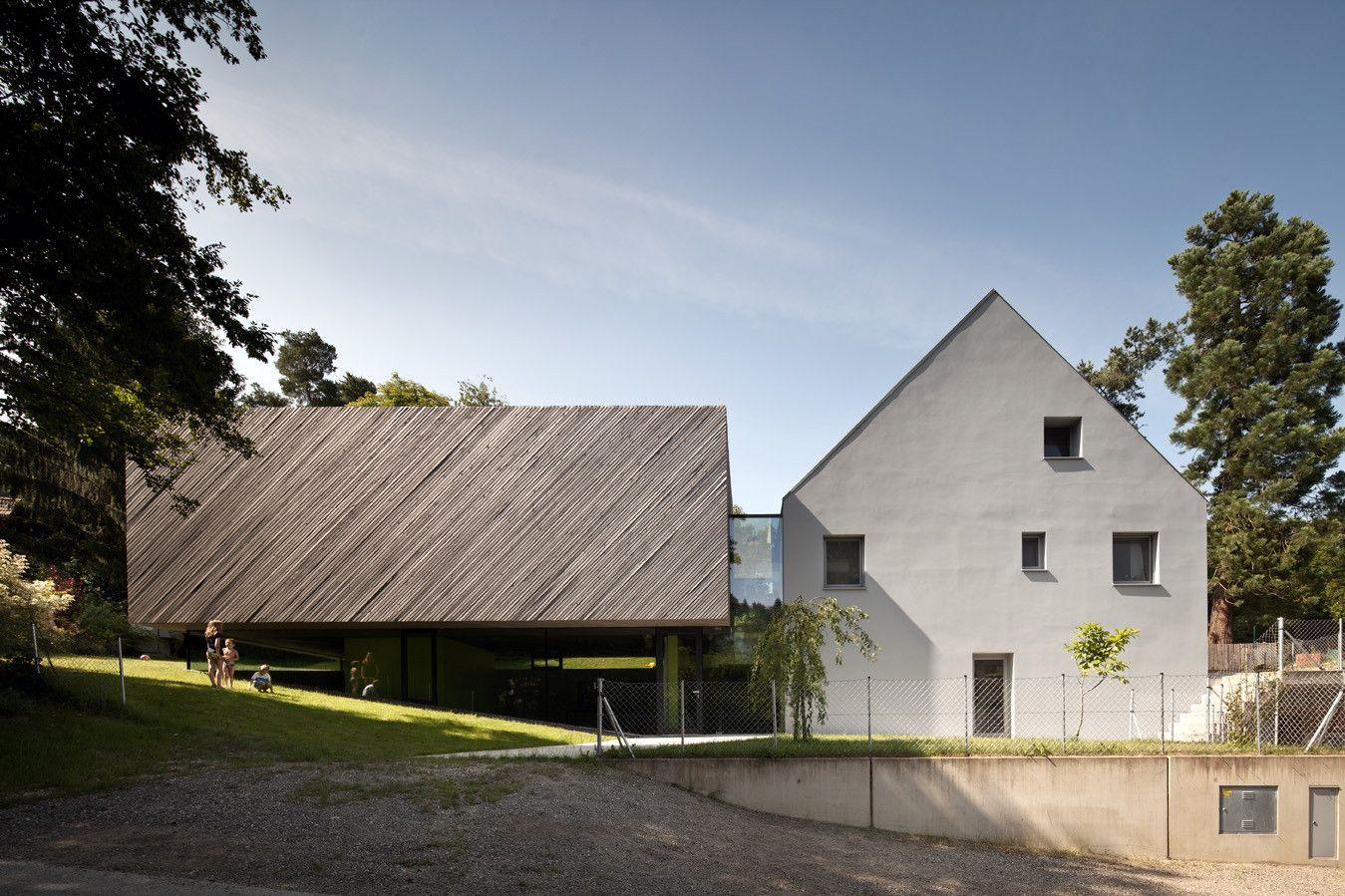 Construído pelo Franz Architekten na Wels, Austria na data 2012. Imagens do Kurt Kuball. Depois do nascimento da sua primeira filha, a jovem família se entusiasmou pela ideia de uma residência unifamiliar n...