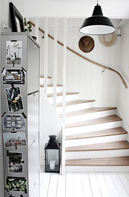 Tvåfärgad trapp, behåll stegen i träfärg och måla sparklådan & spaljen i samma kulör...