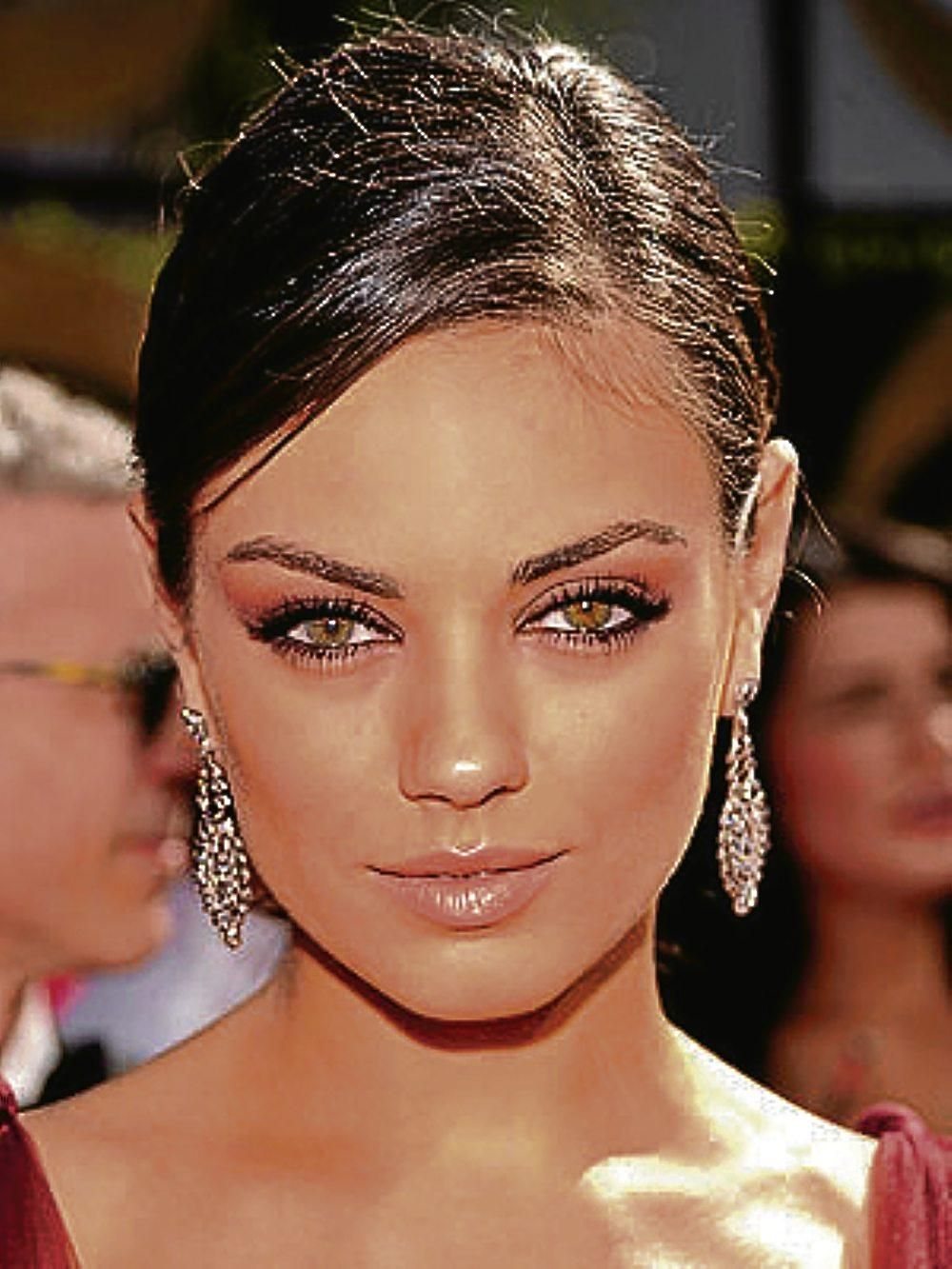 Great Makeup Tutorials To Make Your Eyes Look Bigger: The Best Makeup To Wear With A Red Dress