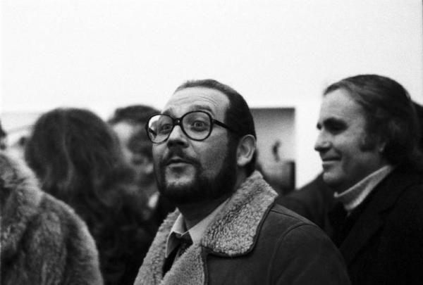 Milano - Galleria Multicenter - Mostra del fotografo Ugo Mulas - Vernissage - Emilio Isgrò pittore