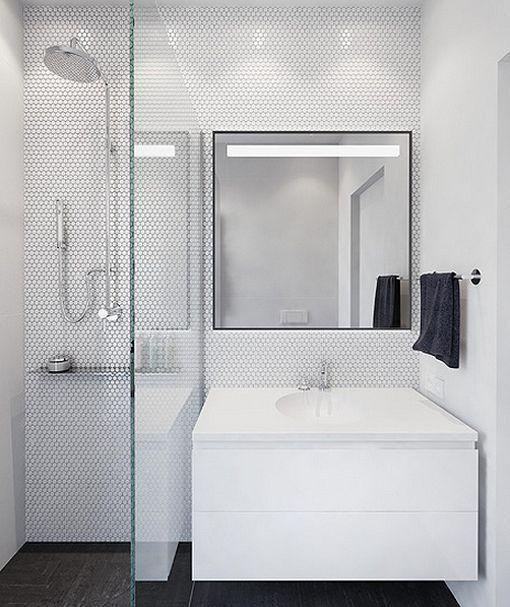 Dormitorio juvenil en la buhardilla, cuarto de baño con ducha   Baño ...