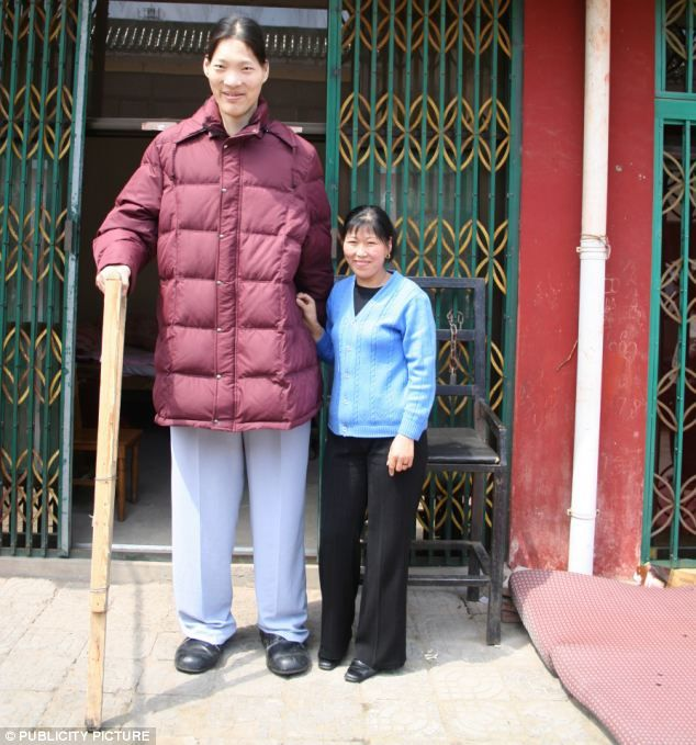 Worlds Tallest Woman Dies Aged 40 After Losing Battle With Tumour That Caused Her To Grow 7ft 8in