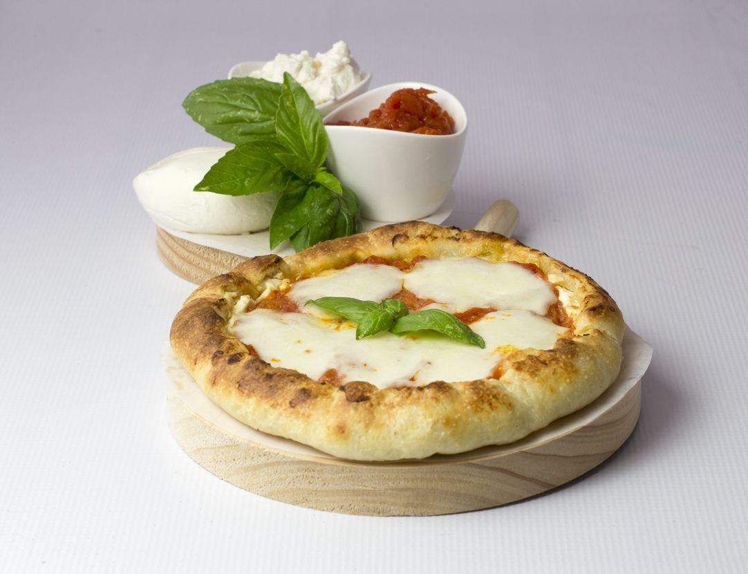 Pizza margarita con borde de ricotta