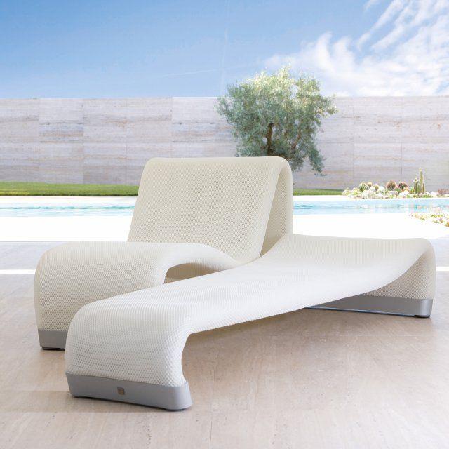 Des transats design blanc et gris au bord de la piscine ...