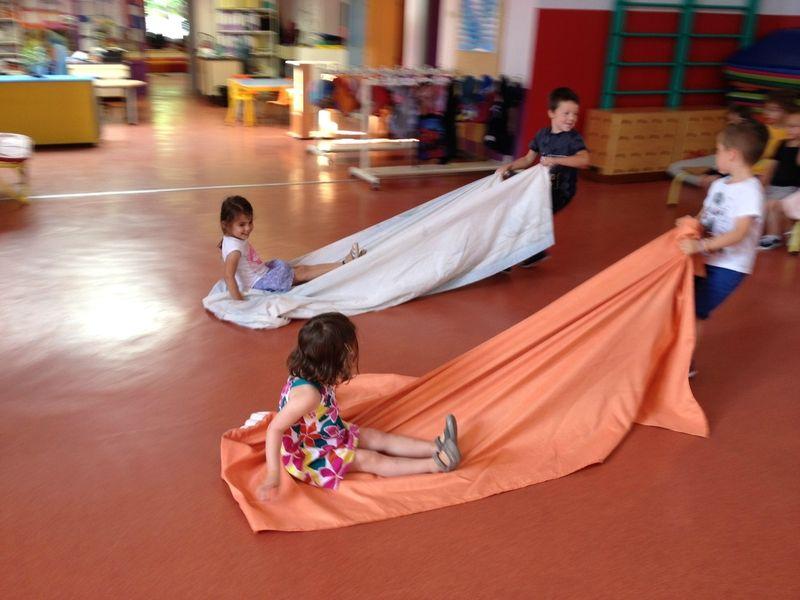 Parcours Debrouillarde La Chaise Bleue La Maternelle De Vivi Jeux Maternelle Jeux Collectifs Activites De Motricite