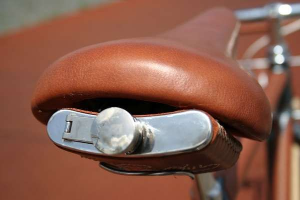 The Ateliers D'Embellie Bike Lets Riders Take a Sip While Staying Classy - bike flask