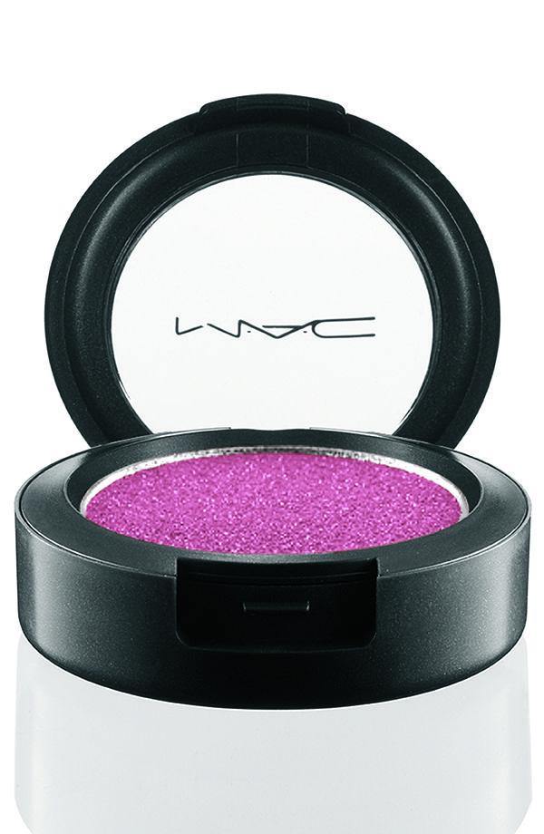 A linha Rock Candy Pressed Pigments da MAC apresenta a sombra prensada, fazendo menos sujeira na hora do make. Permite uma aplicação leve mas, se você ...