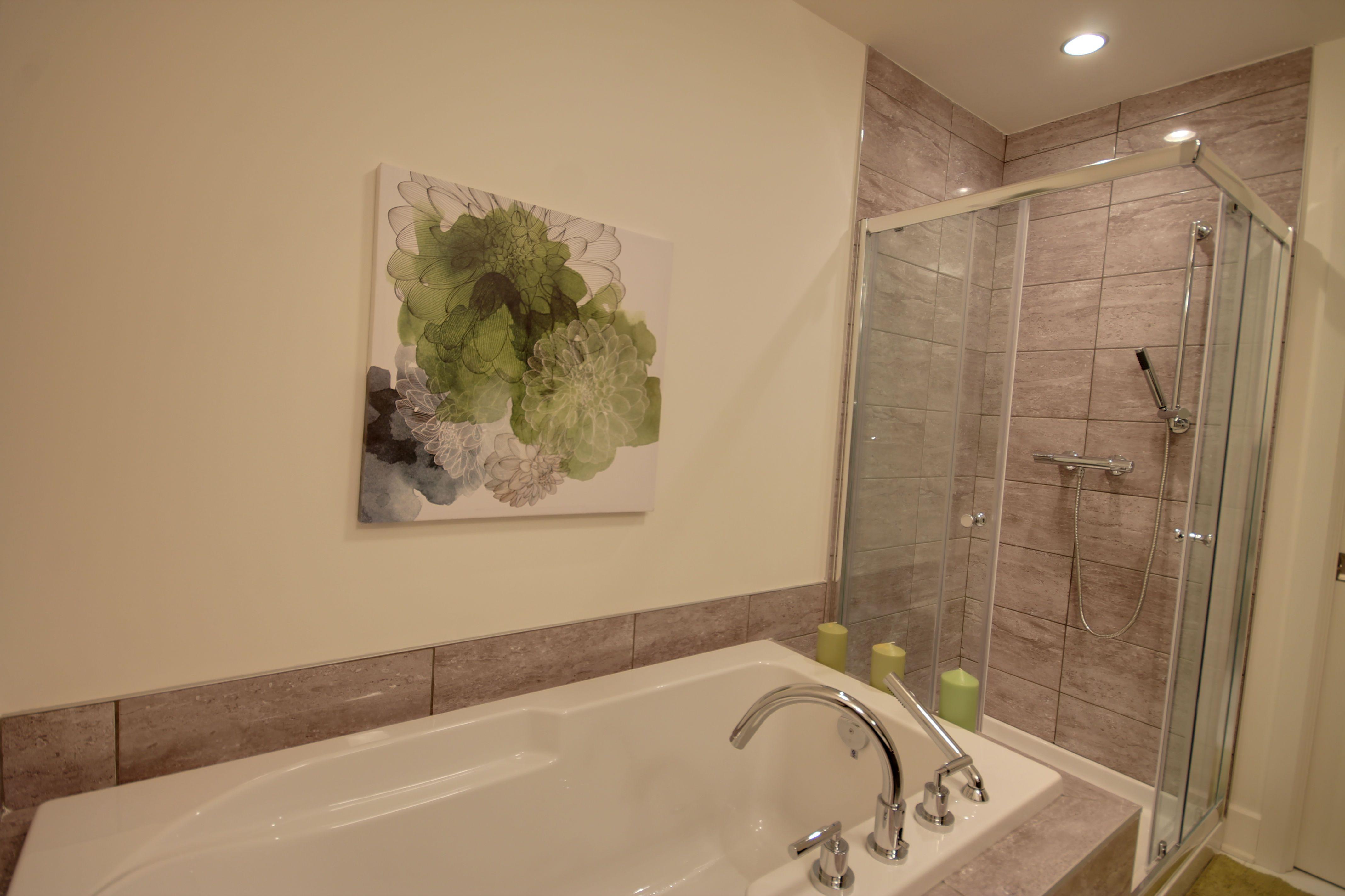 Salle de bain avec douche en céramique et base en acrylique http://www.monharmonie.com/
