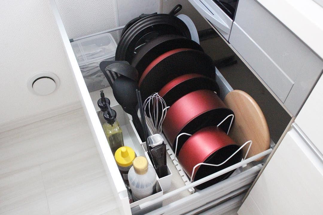 これはイイかも 使い勝手のよくない キッチン収納 をアップデートする方法8つ Locari ロカリ 収納 アイデア フライパン 収納 コンロ下 収納