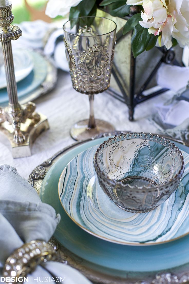 Setting an outdoor table with coastal dinnerware is a fun way to use seaside decor for a festive summer entertaining theme. -----> #tablesettings #tabledecorations #tablescapes #tabledecor #tablesettingideas #summertablesettings #coastaltablesettings #outdoortablescapes #designthusiasm