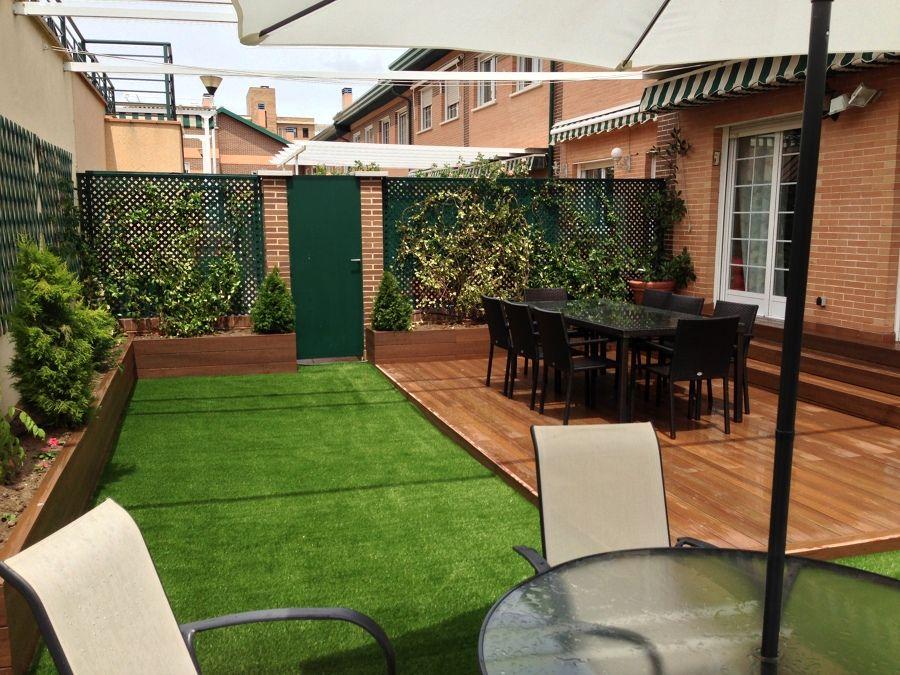 Jardin Con Cesped Artificial Y Parquet Jardines De Casas Pequenas Jardin Con Cesped Artificial Cesped Artificial Terraza