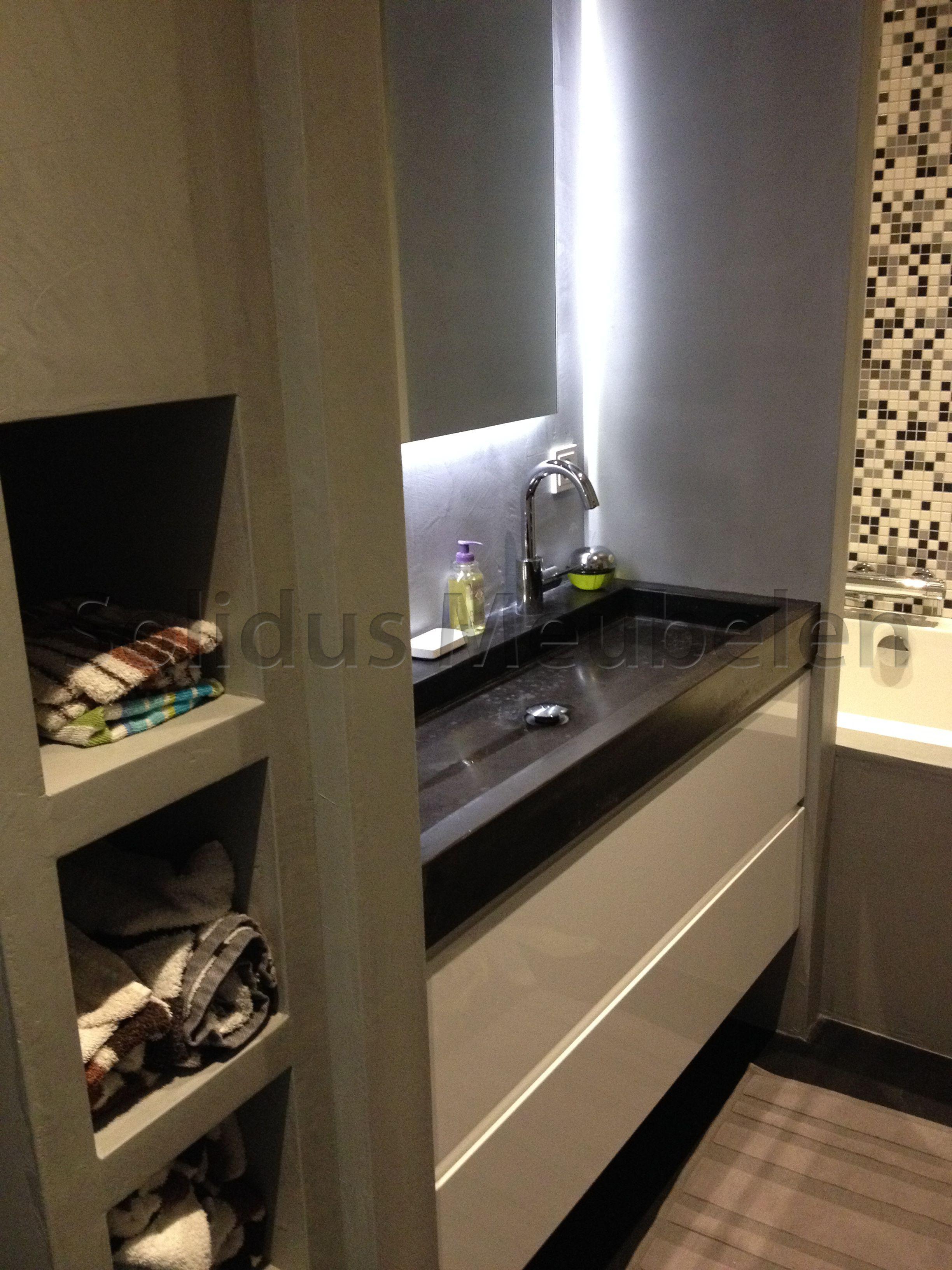 badmeubel witte lades en zwart betonnen wastafel badkamermeubel