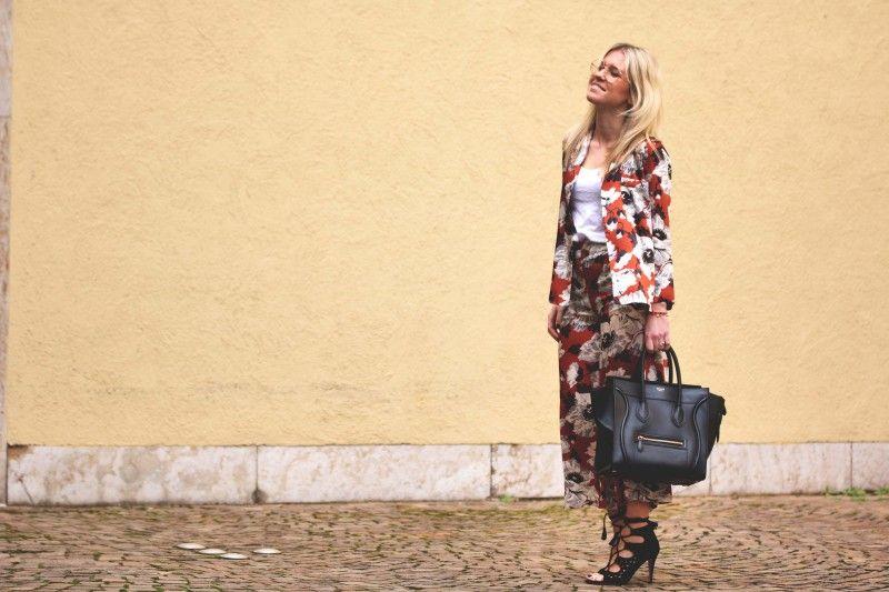Zara Blumen Culotte und Zara Blumen Bluse mit goldener Zara Brille und goldenem Nasenpiercing