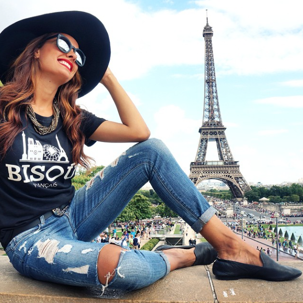 Jeans and a t-shirt? Of course. But always add that extra spark. @nicolebernardes sure knows how to do it with these black leather #YS preslie loafers!
