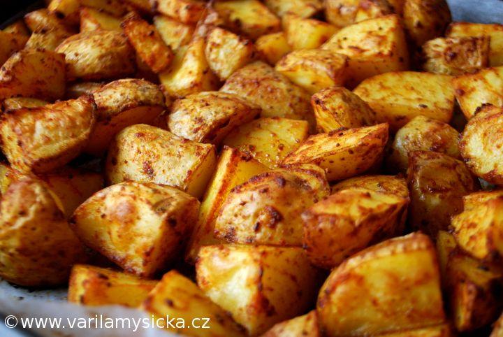 Stačí pár triků a máte ty nejlepší pečené brambory. Koho by bavilo jíst pořád vařené potraviny. Občas přijde chuť na něco zajímavějšího.
