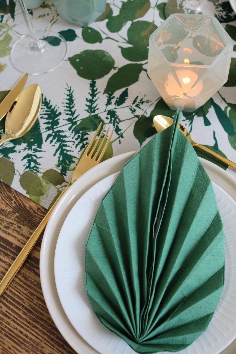 Botanische Tischdeko in Grün & Gold.
