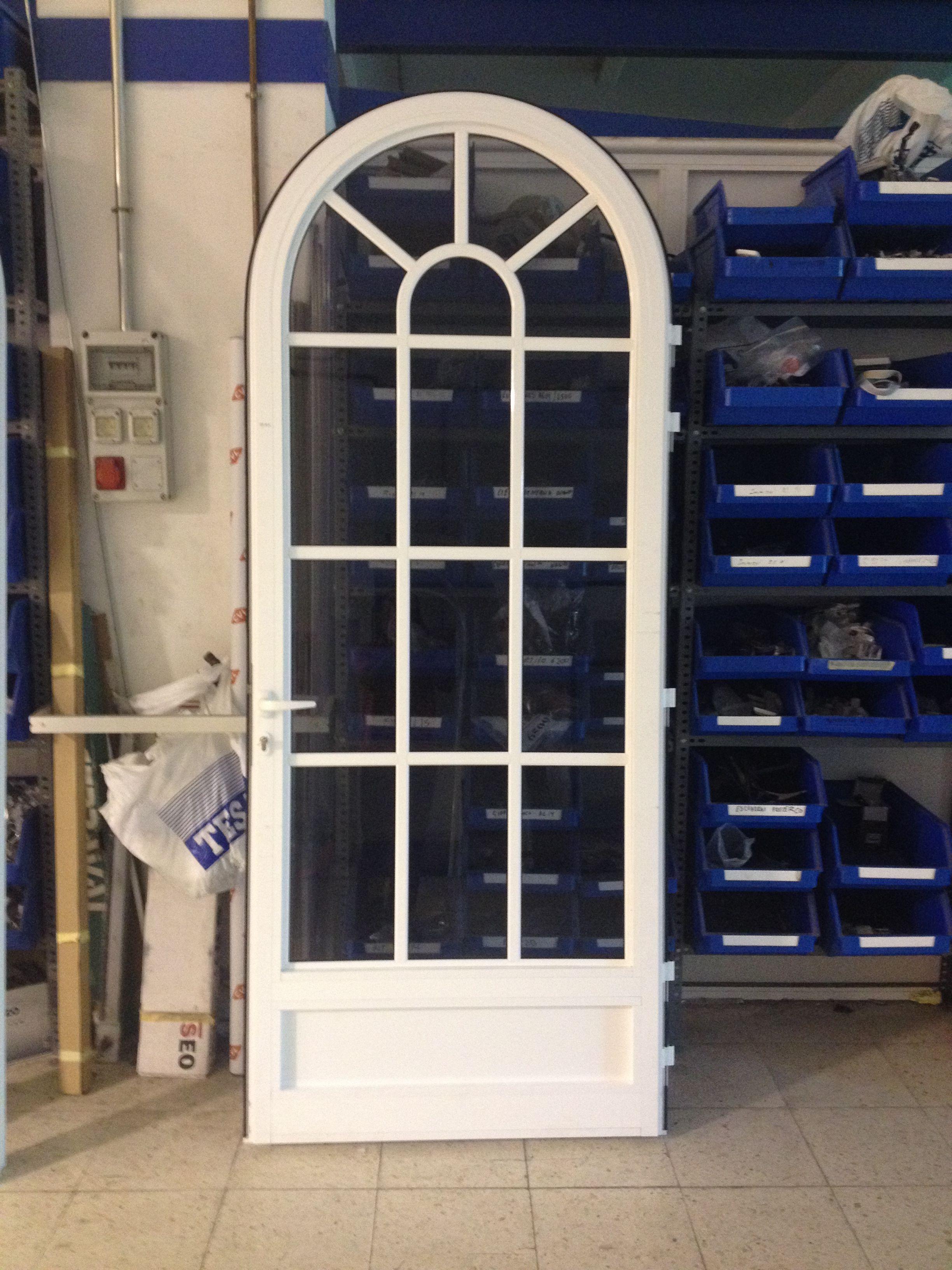 Puerta de arco de medio punto en aluminio lacado en blanco for Arcos de madera para puertas