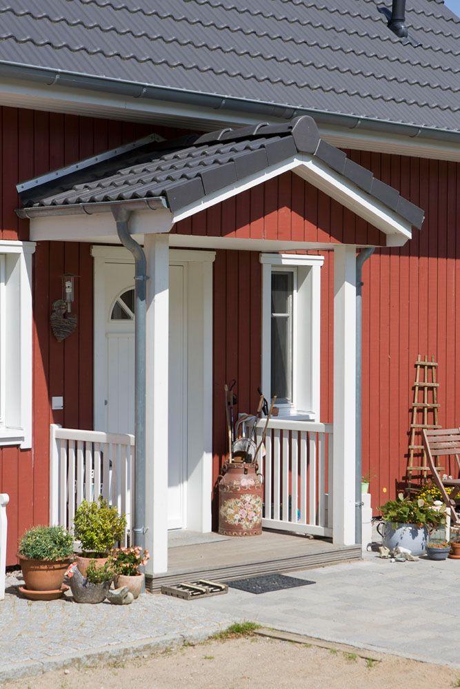 Entree Schwedenhaus mit kleiner überdachter Veranda #hauseingang #eingang #schwedenhaus #holzhaus #veranda #überdachung #landhaus #haustür #hyggeligwohnen