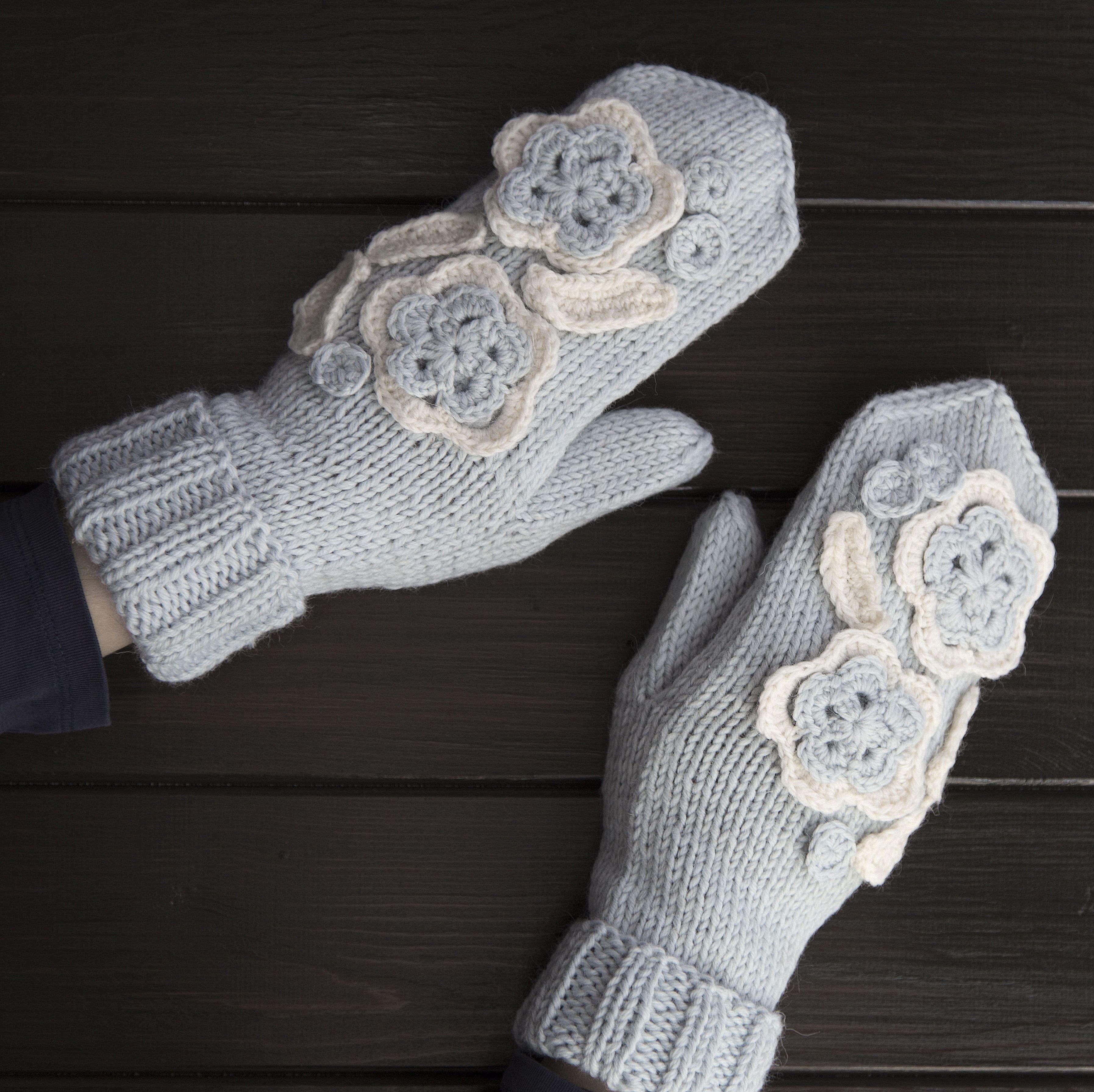 Связаны варежки на заказ по образцу одной оставшейся из пары у заказчика. Ручная работа - варежка связана на спицах, аппликация - крючком. Состав: 100% шерсть. Мы можем исполнить подобные изделия на заказ в любой цветовой гамме. #frautag_knittingfamily #mittens #wool #kniting #handknitting #handmade #варежки #шерстяныеварежки #дляженщин #вязание #вязаниеназаказ #вяжемназаказ #вяжуназказ #crochet #крючок #шерсть #семеновская #tundra #вязание_на_заказ #ручнаяработа