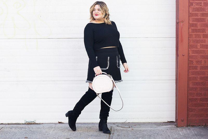 A blogueira Nicolette Mason arrasou na produção com vibe sessentinha e bota de cano alto!