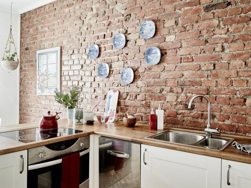 Zdjecie Sciana Z Czerwonej Cegly Ozdobne Bialo Niebieskie Talerze Na Scianie I Biala Kuchnia Skandynawska Z Drewnianymi B Home Kitchens Small Kitchen Kitchen
