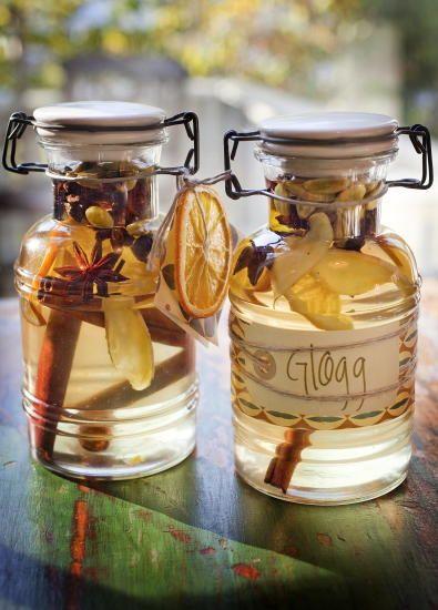 GLØGG 1 flaske hyllerbærblomstsaft (kjøpes på Ikea eller i helsekost)  1 kanelstang  3-4 kardemommefrø  2 anisstjerner  1 stk skivet ingefær (evt. tørkede appelsinskiver)   Ha krydderet i en flaske og hell over hyllebærsaften. På en liten lapp festet til flasken skrives resten av oppskriften: «Bland flaskens innhold med to deler eplemost til en del saft. Varm opp det hele og server gjerne med en klunk calvados til de som er gamle nok.»