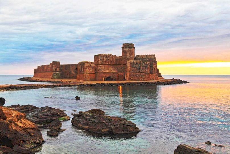 Alba sulla fortezza Aragonese di Le Castella Isola di