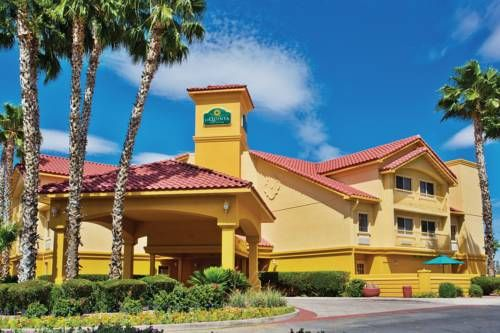 La Quinta Inn & Suites Tucson Airport Tucson (Arizona) Featuring a free shuttle service to Tucson International Airport, less than half a mile away, this hotel offers an outdoor swimming pool and serves a daily continental breakfast. The University of Arizona is 8 miles away.