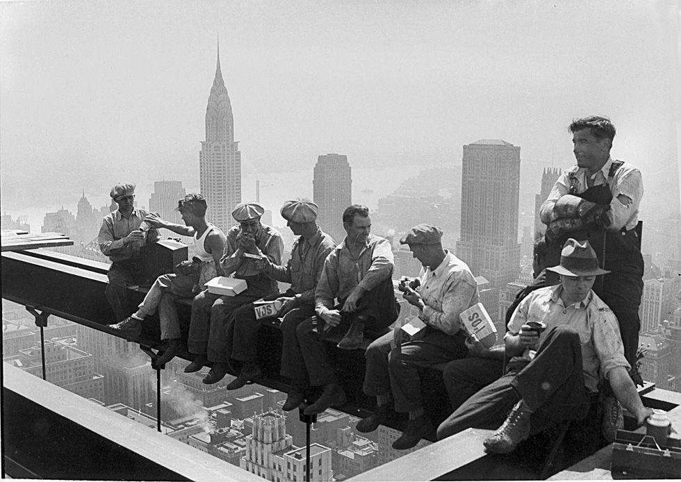 Operai in pausa pranzo su una trave d'acciaio senza alcuna protezione in cima all'RCA Building del Rockfell… | Foto in bianco e nero, Fotografia, Fotografie d'epoca