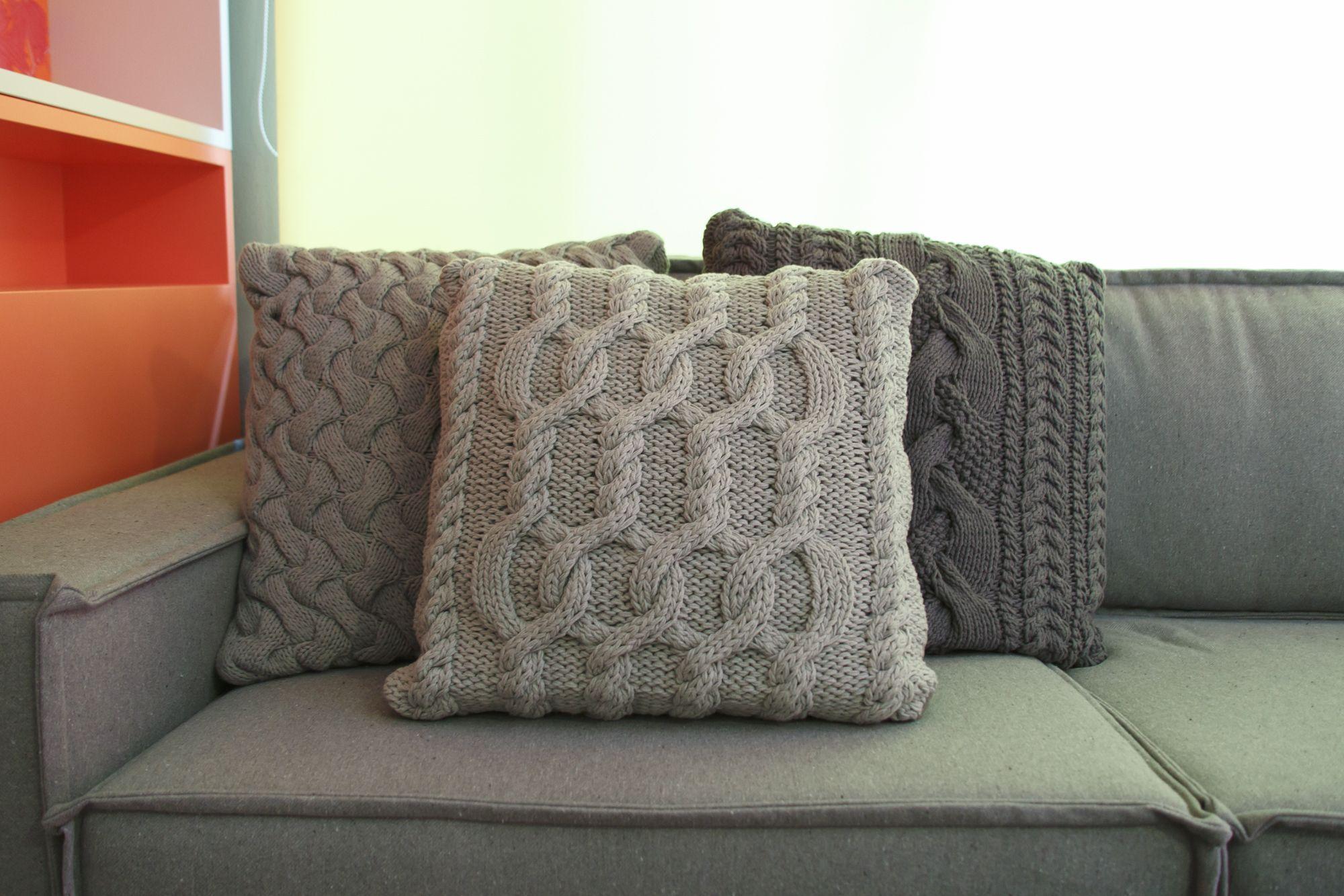sofa cinza e almofadas coloridas corey chocolate brown sectional decora rosenbaum temporada 2 sala de diva sofá
