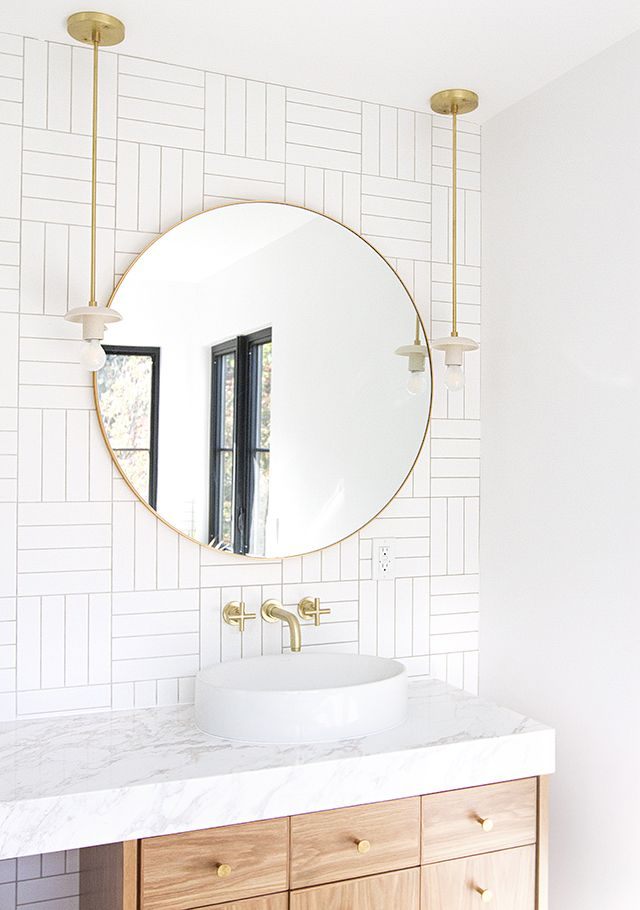 Espejo redondo gigante en el cuarto de ba o interiorismo for Espejo redondo bano