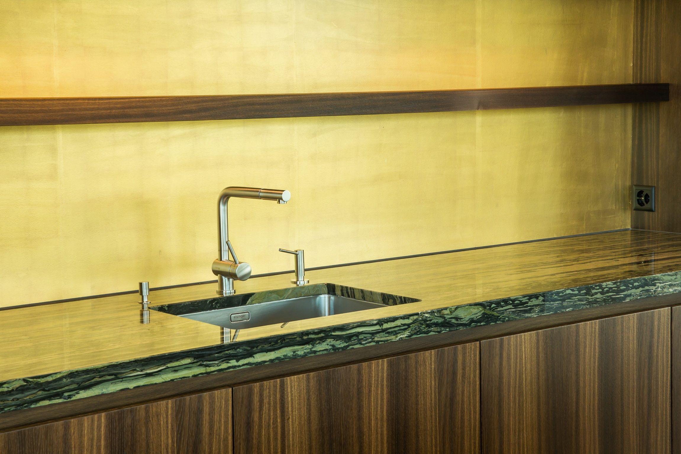 Granitplatten küche  Küche mit Granit-Abdeckung, Fronten in Eiche geräuchert, Rückwand ...