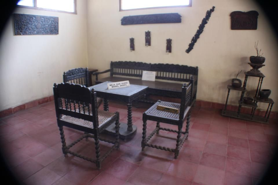 Table and chair models europe palace museum artifacts kasepuhan
