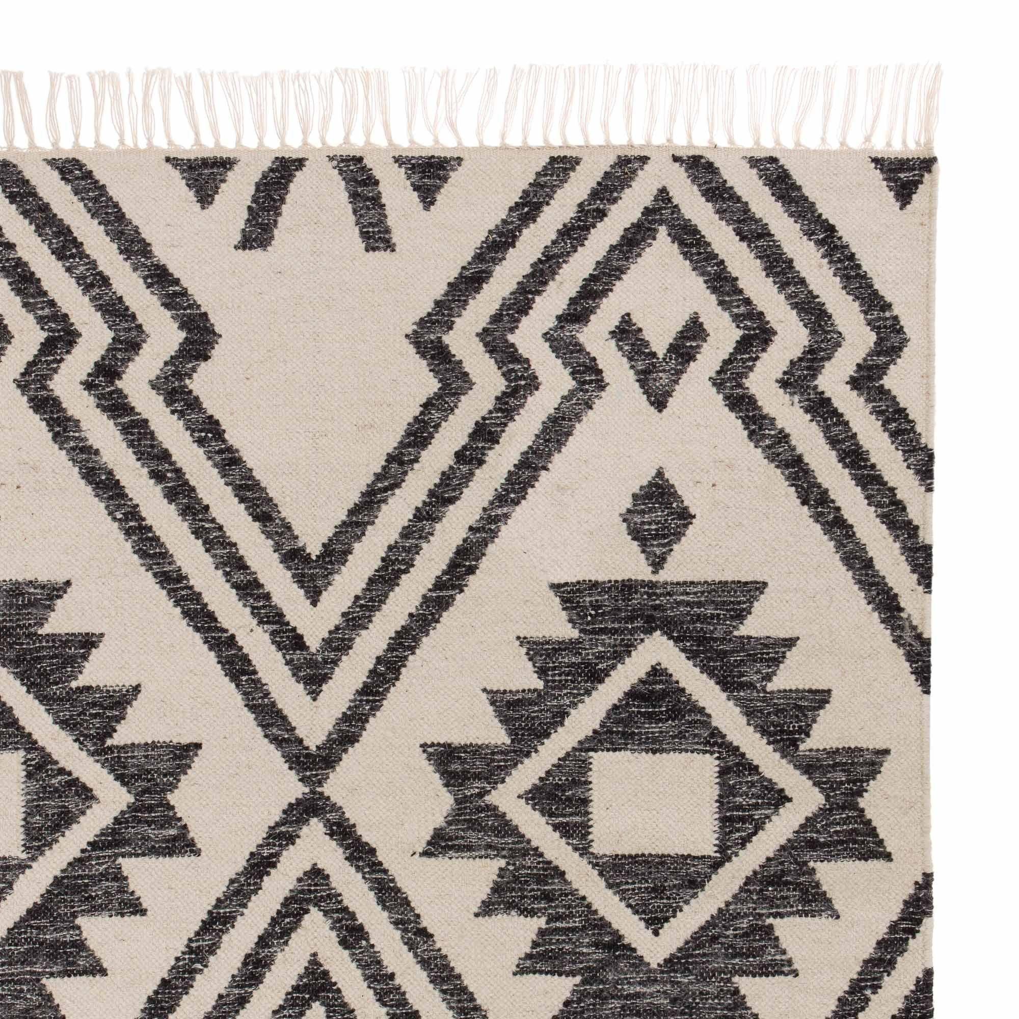 Ein Mix Aus Schurwolle Und Baumwolle Wird Fur Unseren Teppich Seoni Aufwendig Von Hand Verwoben Die Zweifarbigen Garne Teppich Ethno Teppich Schwarzer Teppich