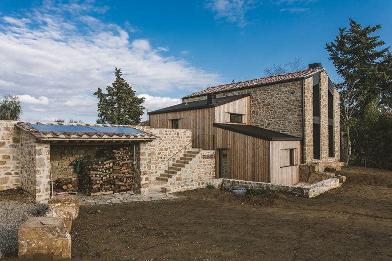 Case Di Pietra E Legno : Casa le querciole: pietra e legno simbioticamente compenetranti