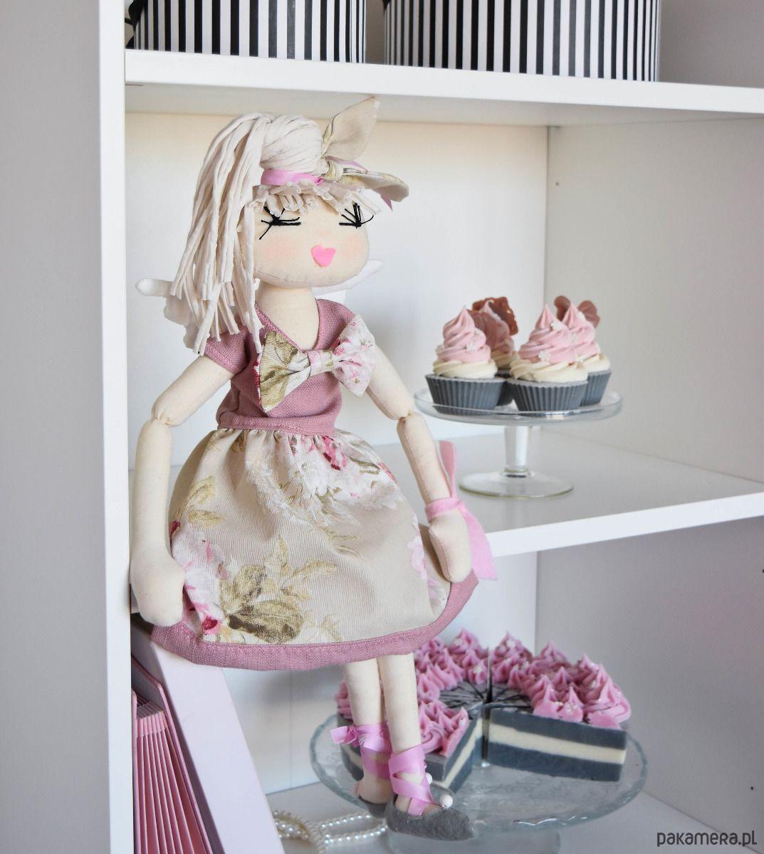Przedmiotem  sprzedaży jest  własnoręcznie  wykonana bawełniana  Lala wypełniona  anty-alergicznym   silikonowym  wypełnieniem.  Lalka aniołek o  wysokości ok. 55 cm  wzrostu ma na sobie:   bluzeczkę,  spódniczkę, halkę ,  majteczki, butki  oraz skrzydełka (ubranka są  zdejmowane). Lal...