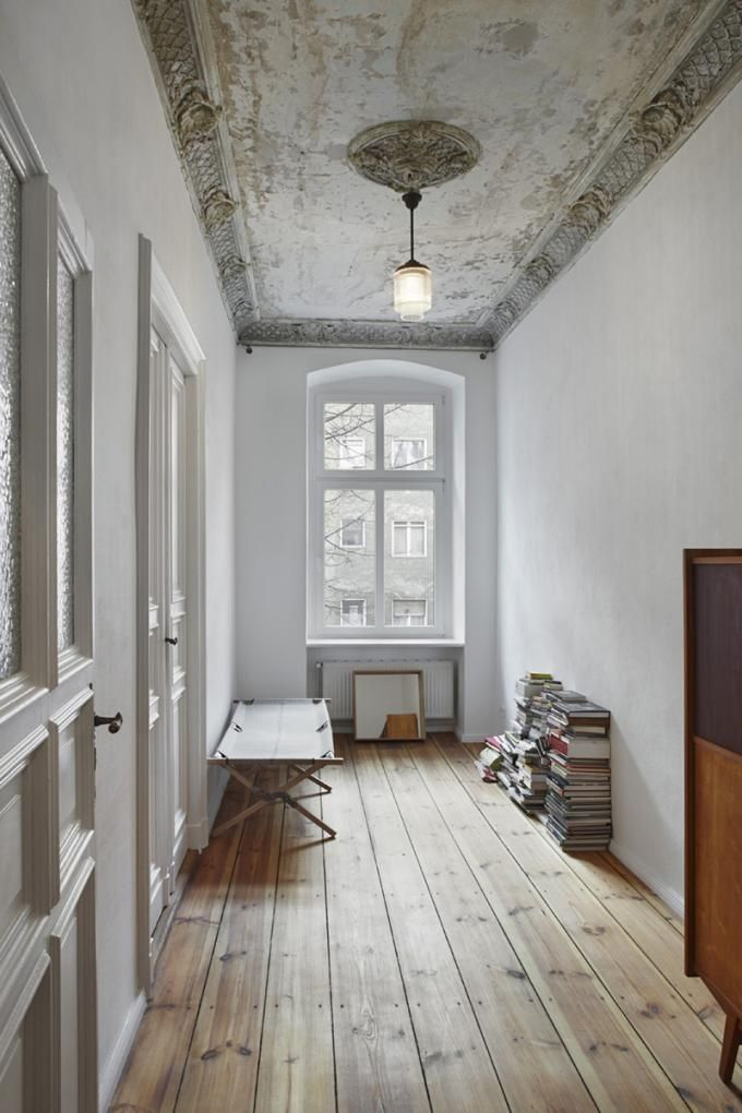 in this conversion of the apartment marc benjamin drewes architekturen y thomas schneider restore the old ceilings that were found in the main rooms