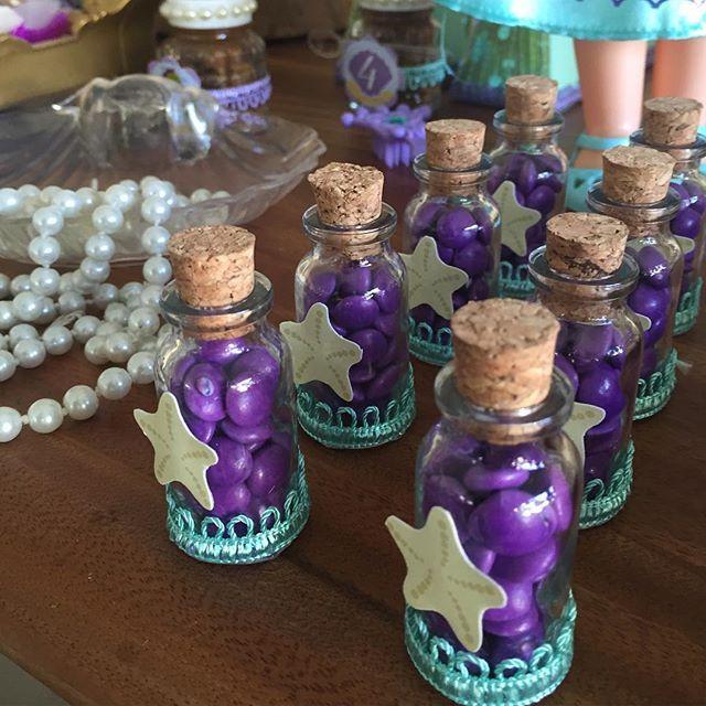 Detalhes que encantam  garrafinhas de vidro com confeitos de chocolate!!! #montesuafesta #loucasporfesta #amopersonalizar #sereiaariel #pequenasereia