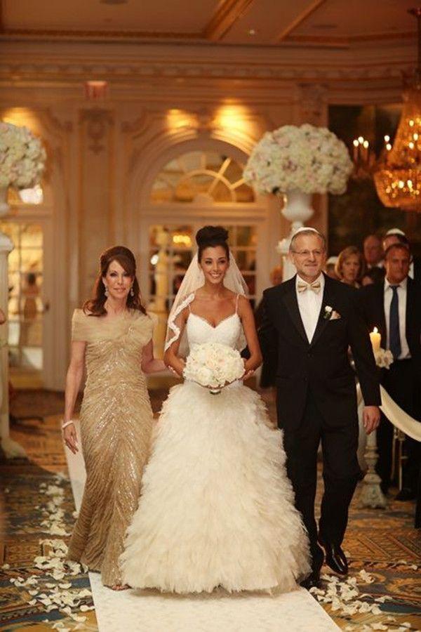 golden Hochzeit Braut in Feder Hochzeitskleid Ballkleid mit Eltern ...