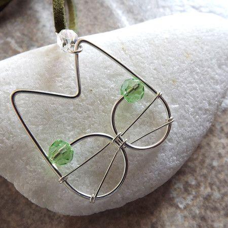 gato binks - colar com pingente em forma de gato em fio de prata importado com olhinhos verdes de cristal e cordão de camurça sintética