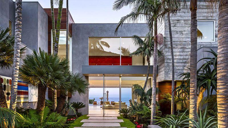 This Modern Home In Malibu Includes Plenty Of Palm Trees And Ocean Views Malibu Homes Malibu Beach House Malibu Mansion