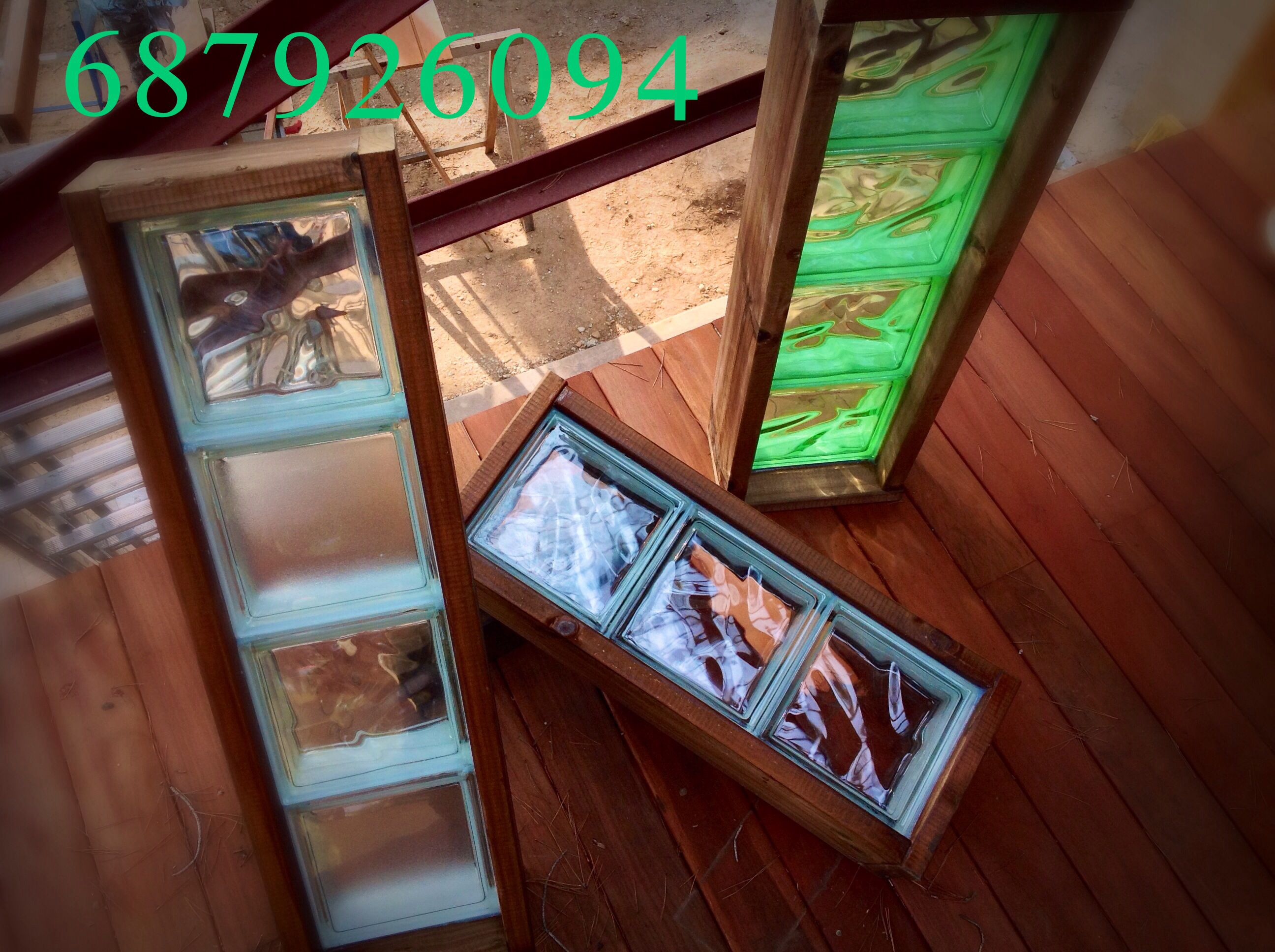 Ventana de cristal de pavés y marco de madera. Una idea muy cálida y ...