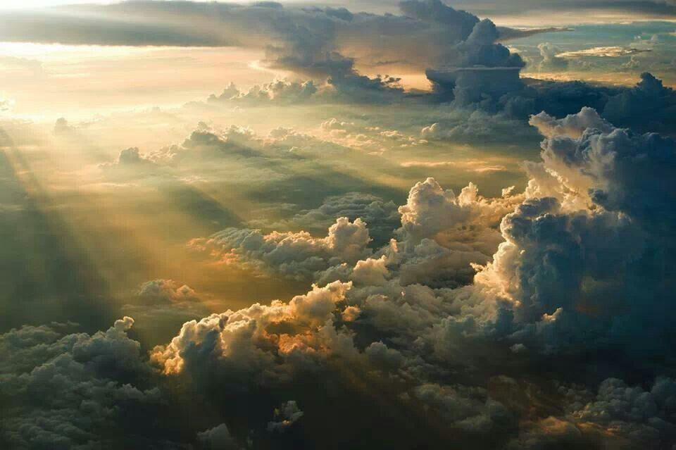atardecer sobre las nubes