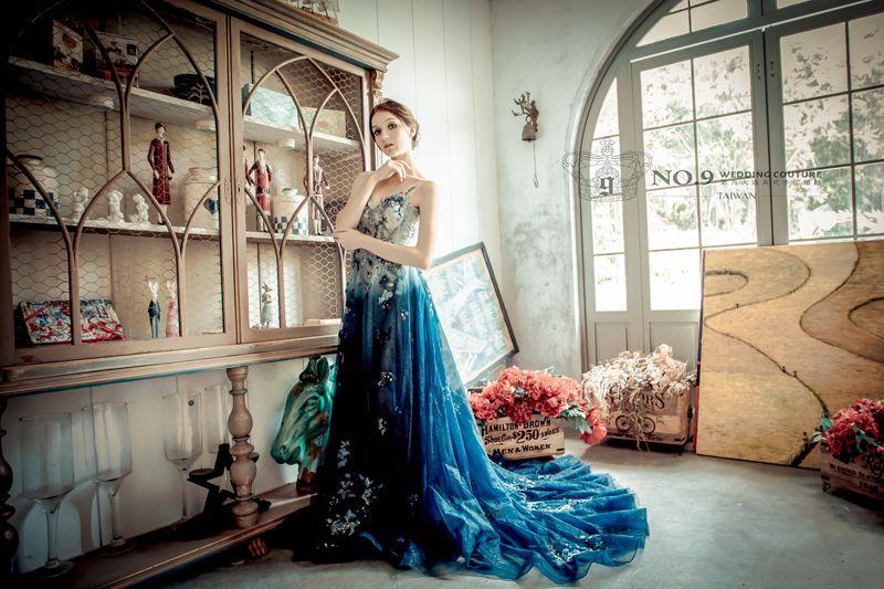 海之女神藍色漸層aline晚禮服 No 9獨家 Aman Royal安曼皇室系列 極致奢華 體驗不一樣的婚紗感受aman Royal精細的手工刺繡一針一線縫製的閃亮釘珠打造設計感十足的漸層藍色晚禮服