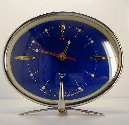 Réveille matin d'époque. Chrome. Vintage alarm clock. Space age.